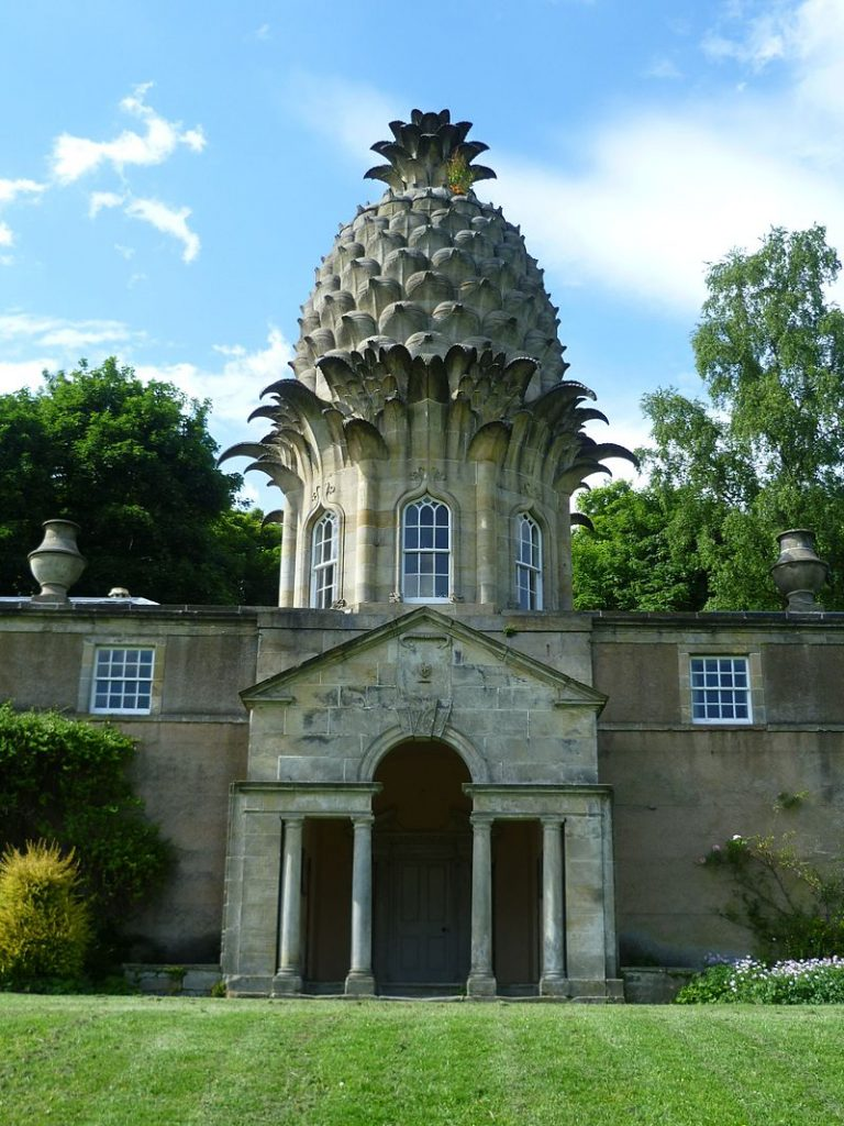 800px-Dunmore_Pineapple,_Dunmore_Park_near_Airth