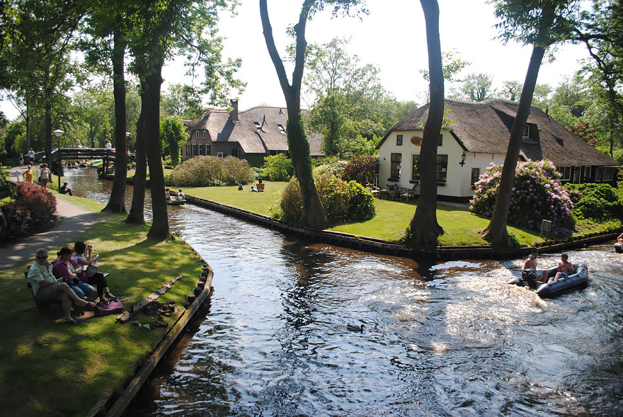 water-village-no-roads-canals-giethoorn-netherlands-5