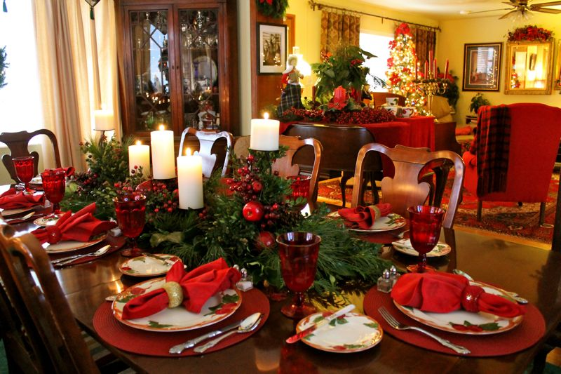 21 amazing creative christmas dining table ideas for Ideas to decorate dining room table for christmas