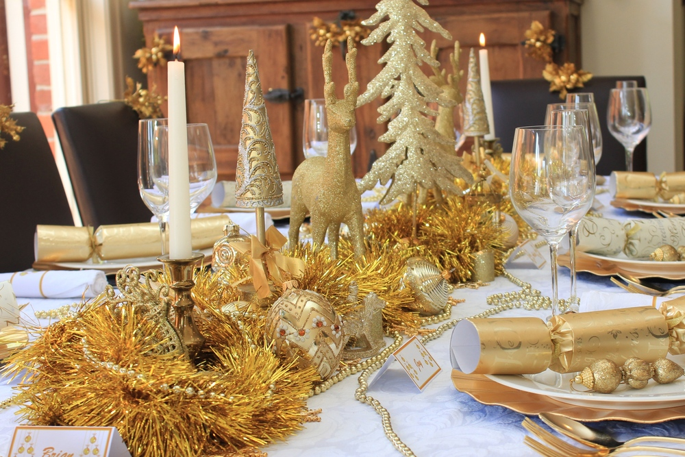 21 Amazing Creative Christmas Dining Table Ideas & Gold Christmas Table Settings - Castrophotos