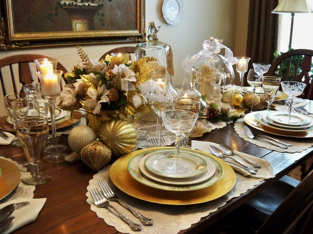 Silver and white christmas table decorations - 4 Opulent Christmas Dining Table Styling